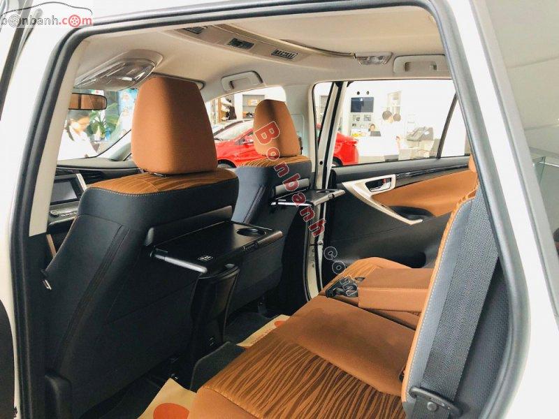 Hàng ghế thứ hai bố trí khoa học và kèm các tiện ích cho hành khách