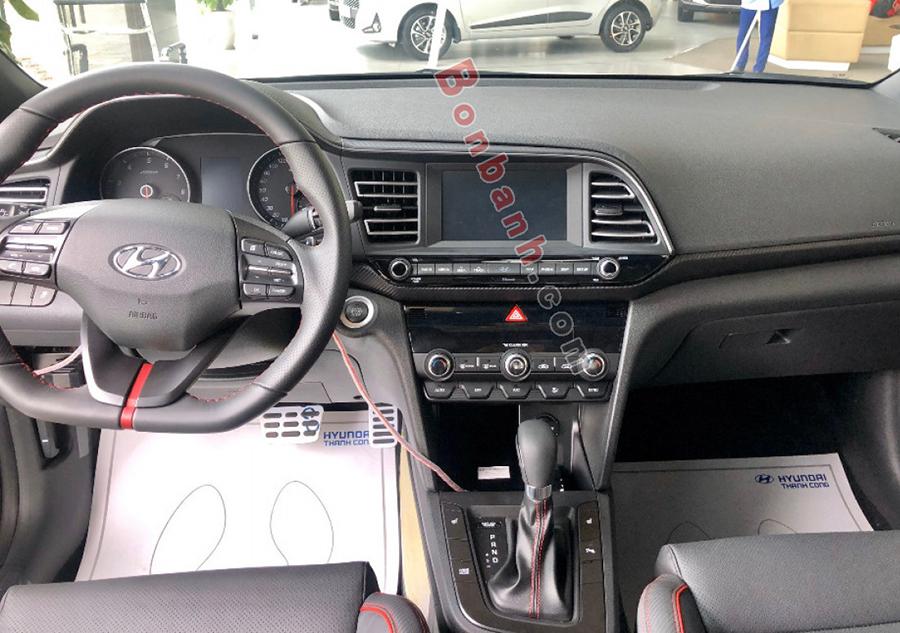 Khoang lái Hyundai Elantra 2021