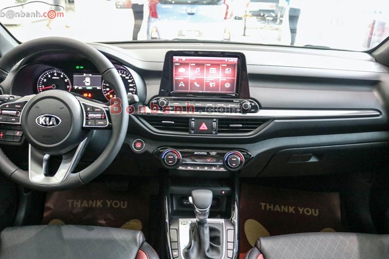 Khoang lái trên xe Kia Cerato 2021