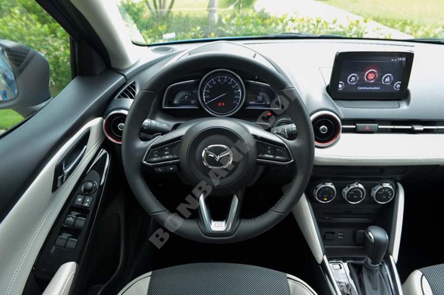 Khoang lái Mazda2 2020
