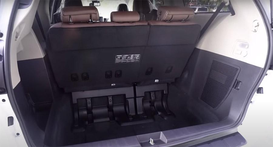 Cốp xe Toyota Sienna 2020